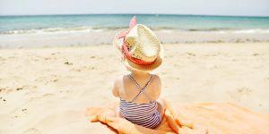 Un rideau de douche à la plage : l'astuce futée pour occuper les enfants