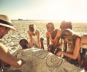 Jouer à s'enterrer sous le sable : la police tire la sonnette d'alarme