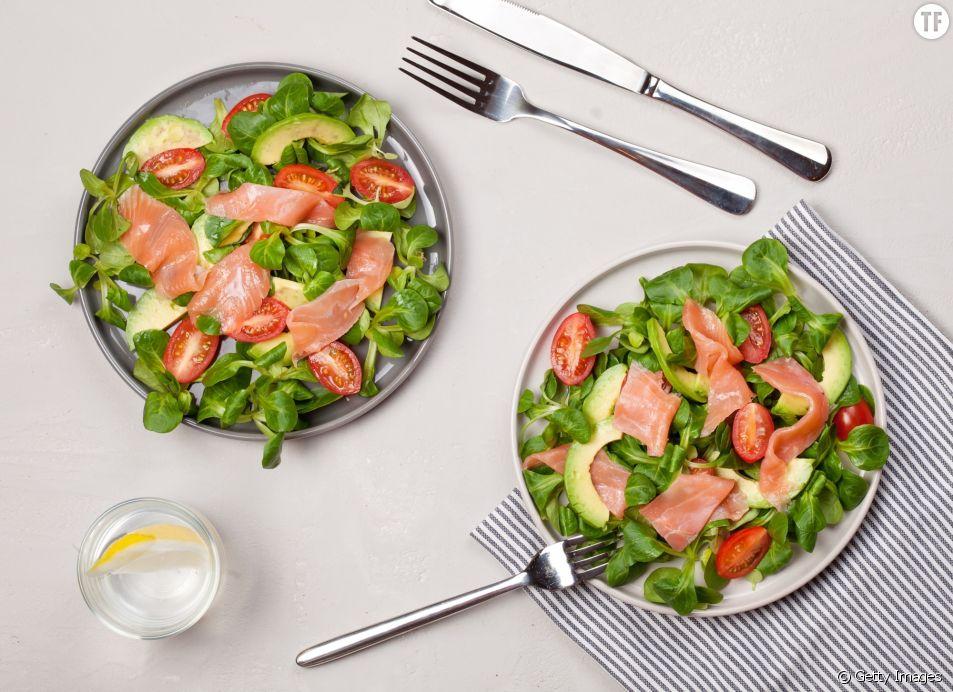La recette de la salade détox au saumon, aux avocats et aux myrtilles