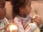 """La vidéo de ces fillettes """"allaitant"""" leur poupée crée le malaise"""