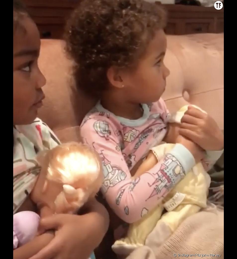"""La vidéo de Rose et Elle Harvey """"allaitant"""" leurs poupées crée le malaise"""