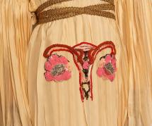 Gucci crée une robe-utérus pour défendre les droits des femmes