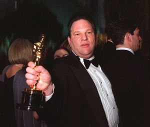 Harvey Weinstein tenant un Oscar