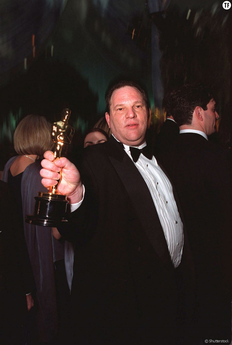 Harvey Weinstein tenant un Oscar