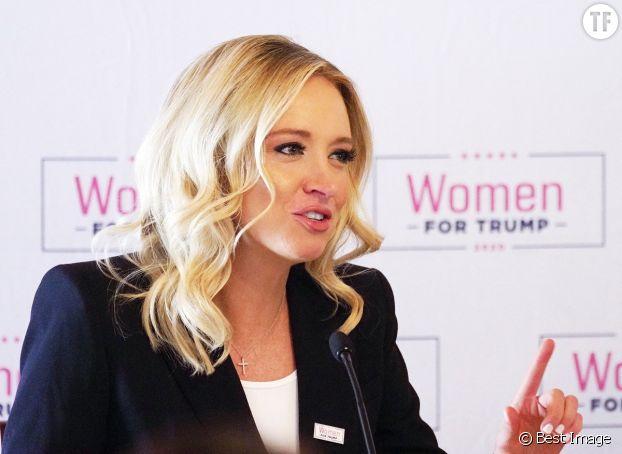 """Face à l'écriteau """"Women for Trump"""" : Kayleigh McEnany, porte-parole de la Maison Blanche."""