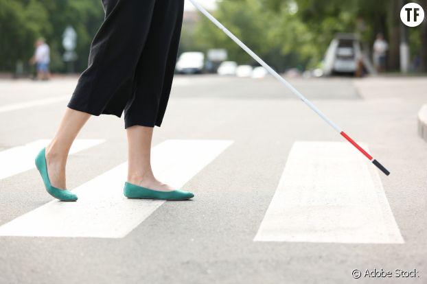 Femme aveugle dans la rue/photo d'illustration