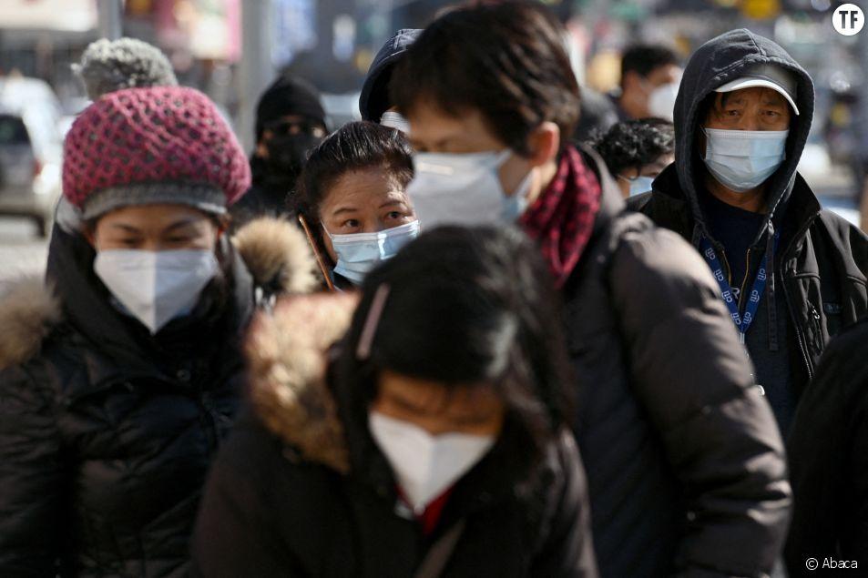 A New York, des personnes de la communauté asiatique font la queue pour obtenir des dons de nourriture.