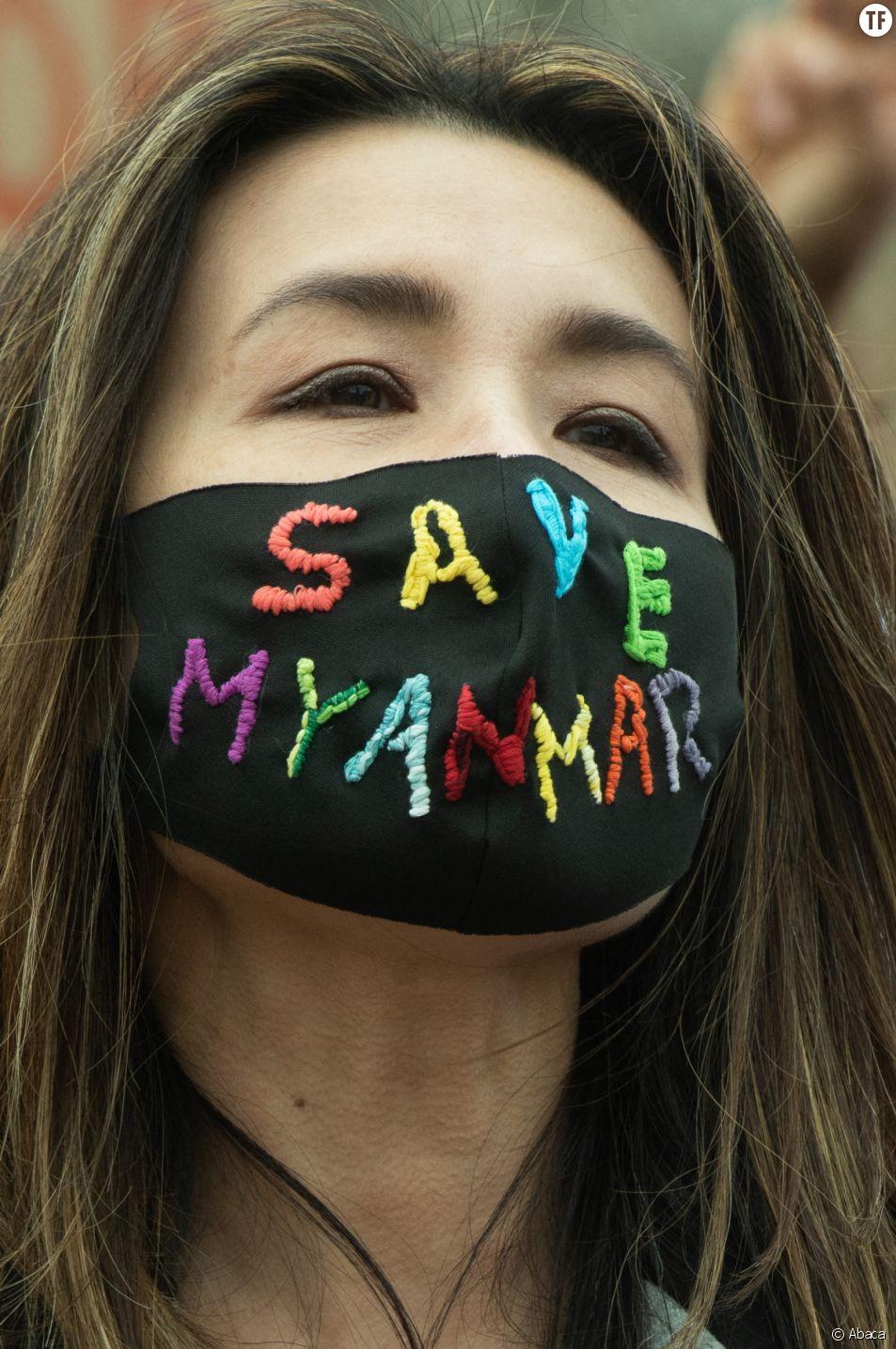 Les manifestants se rassemblent pour condamner la répression militaire au Myanmar.