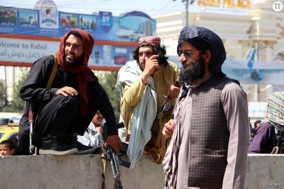 Des combattants talibans montent la garde devant l'aéroport international Hamid Karzai lors d'une évacuation à l'aéroport de Kaboul, en Afghanistan.