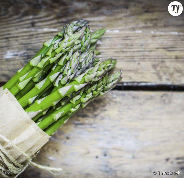 Asperges vertes et blanches comment les plucher et les - Comment cuisiner les asperges blanches ...