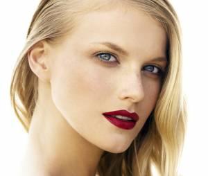 Coloration : tous les conseils pour passer du brun au blond