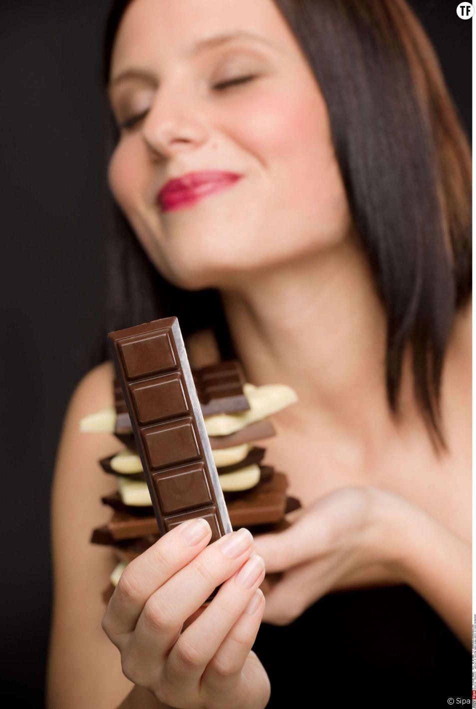 Le chocolat noir, riche en cacao, favorise la libération d'endorphines dans le cerveau et donc le plaisir.