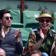 Cristina Cordula et son fils Enzo dans les tribunes des Internationaux de France de tennis de Roland Garros le 3 juin 2015.