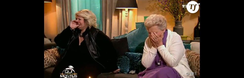 Yvette et Janine, la mère et la grand-mère de Michaël partent en fou rire alors que celui-ci confond une bougie avec un gâteau