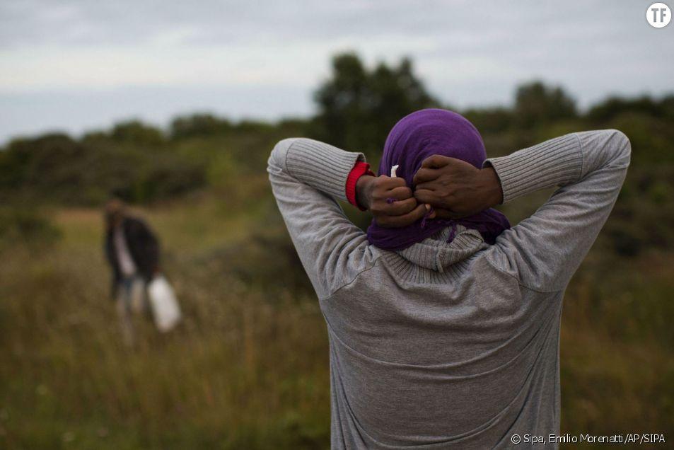 Une migrante essaie d'accéder au Tunnel sous la Manche