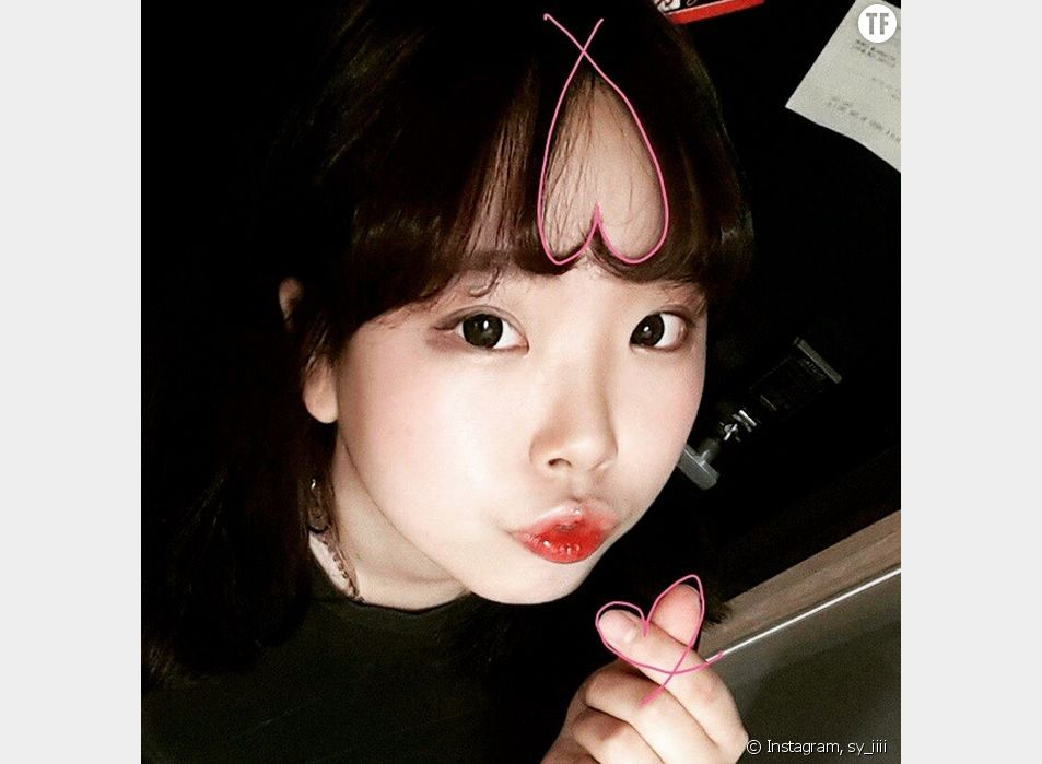 """Le """" hearts-bangs hair """" (les cheveux avec une frange en coeur) est la nouvelle tendance capillaire en Corée du Sud où toutes les jeunes filles branchées l'ont déjà adoptées."""