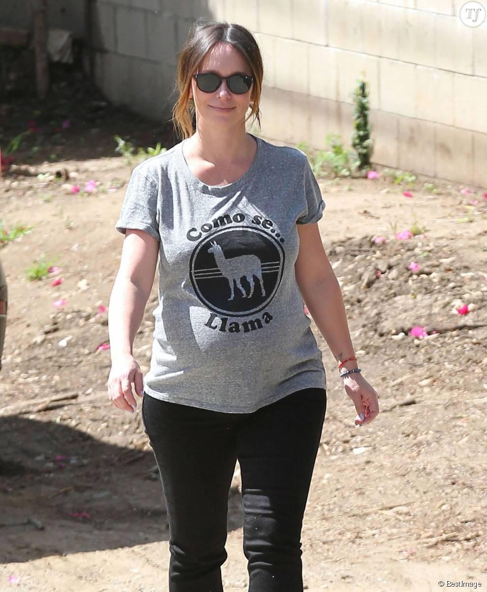 Jennifer Love Hewitt enceinte se promène à Santa Monica, le 9 avril 2015. L'actrice attend son 2ème enfant
