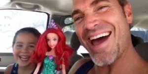 """La magnifique réaction d'un papa quand son fils choisit une poupée """"La petite sirène"""""""