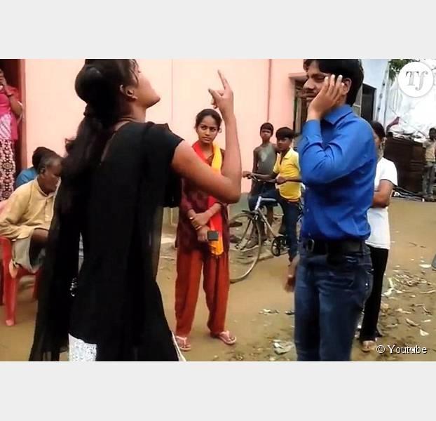 Une Indienne frappe son agresseur