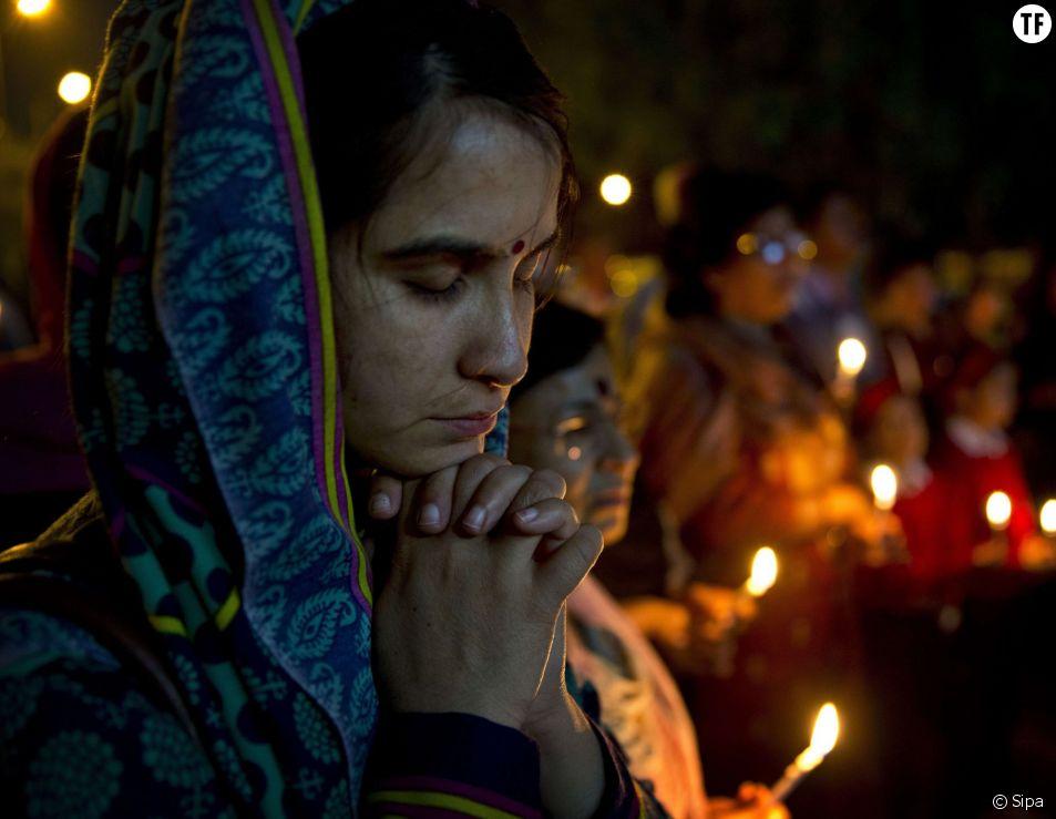 Une jeune indienne prie après le viol d'une religieuse en mars 2015