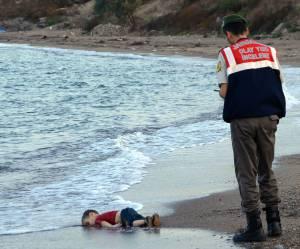 Migrants : pourquoi il faut montrer la photo d'Aylan, petit garçon mort noyé