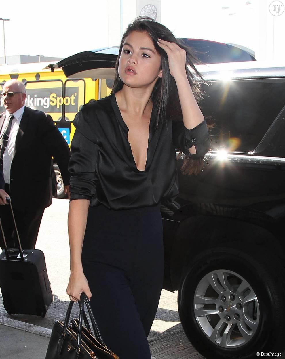 Selena Gomez prend un vol à l'aéroport de Los Angeles, le 18 août 2015.