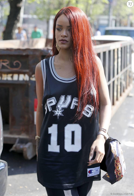 Le rouge flamboyant de Rihanna est parfait pour les peaux mates ou métisses.
