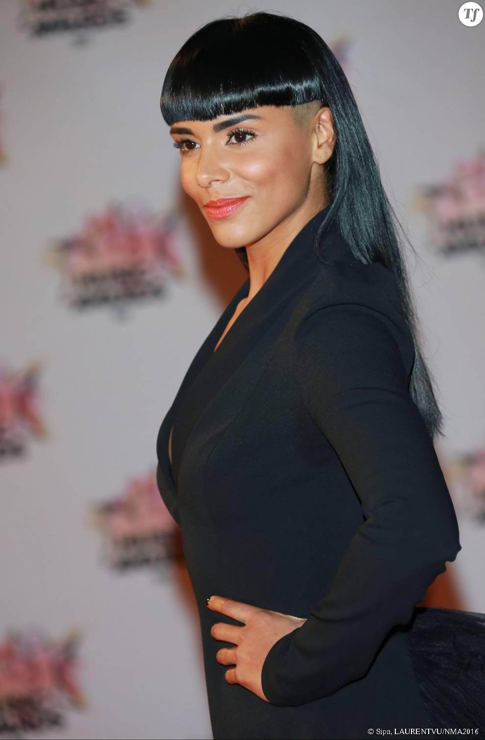 La chanteuse Shy'm et sa nouvelle coupe aux NRJ Music Awards 2015