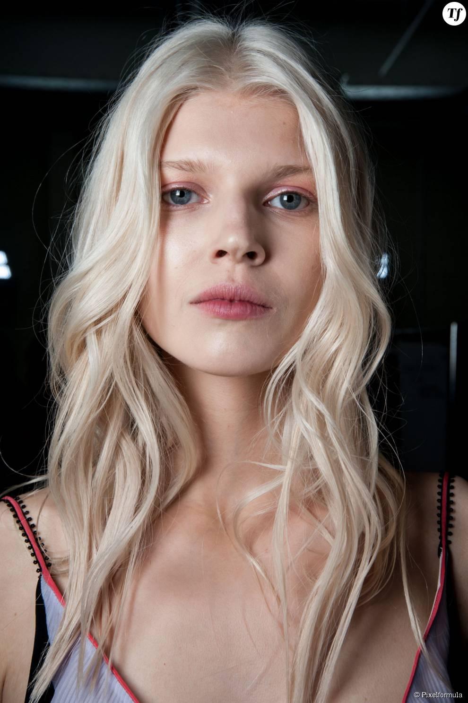 Cheveux blancs - Mary Katrantzou backstage printemps-été 2015