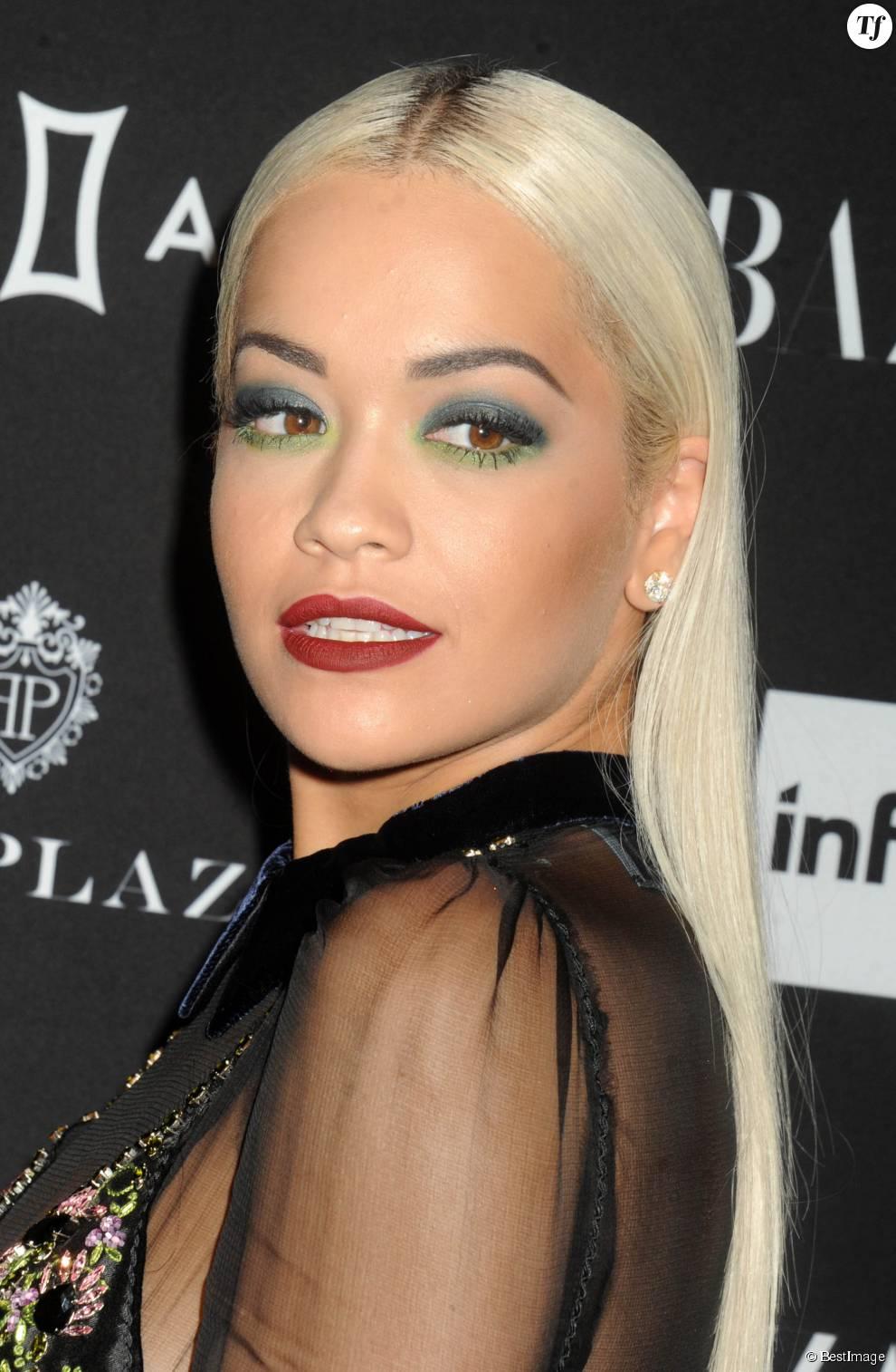 Les cheveux blancs s'associent très bien avec un maquillage chargé