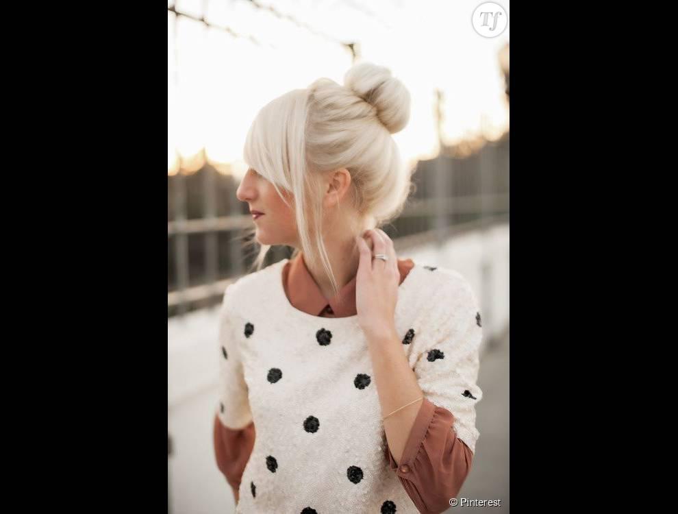 Les cheveux blancs se portent tout aussi bien sur cheveux longs s'ils sont épais et lisses