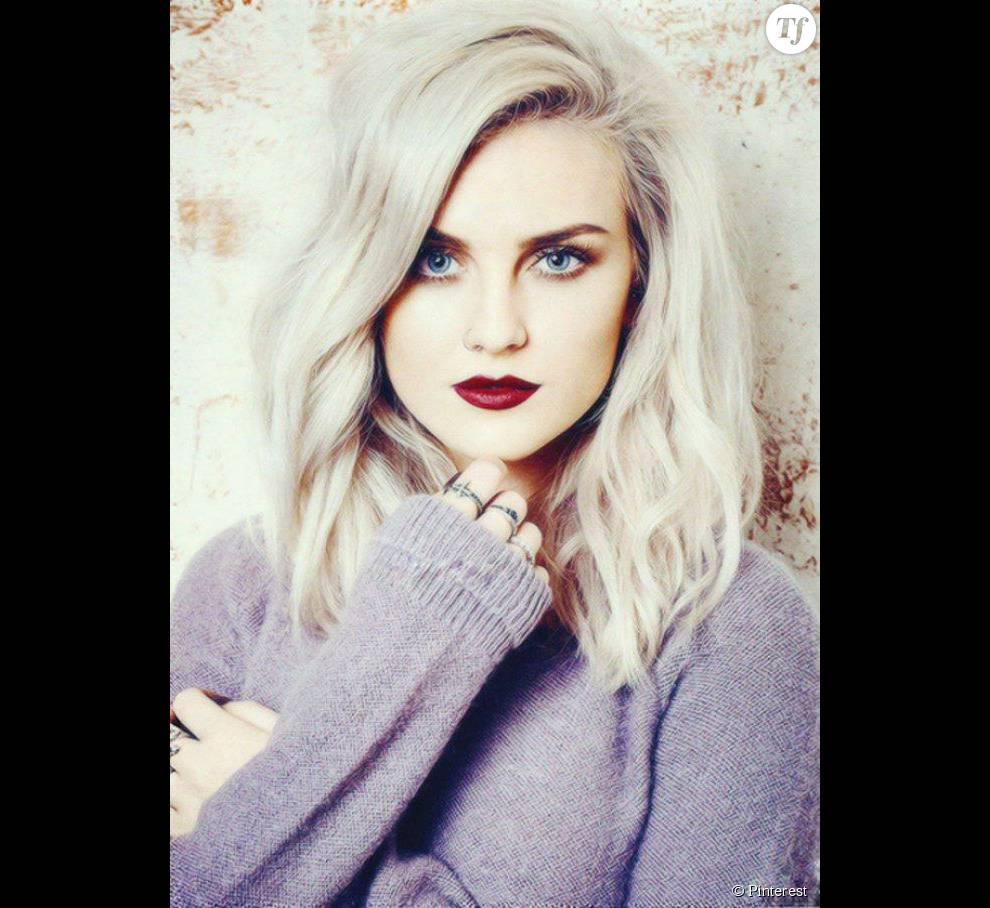 Cheveux blancs et rouge à lèvres foncé : un look beauté sublimé