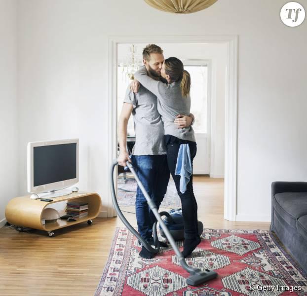 Un homme qui fait le ménage serait un booster de vie sexuelle