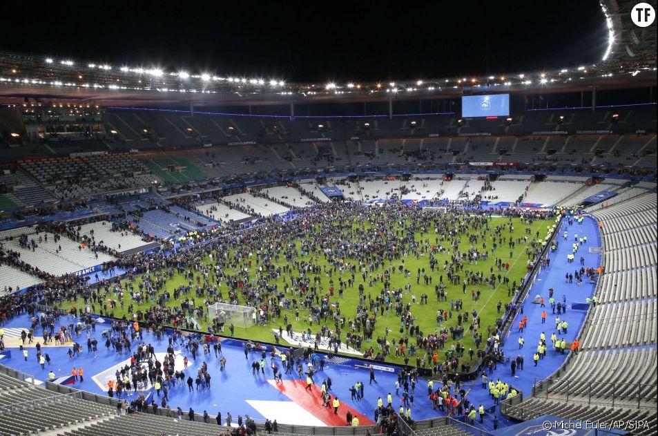 Photos des attentats du 13 novembre 2015 : les spectateurs du Stade de France se refugient sur la pelouse