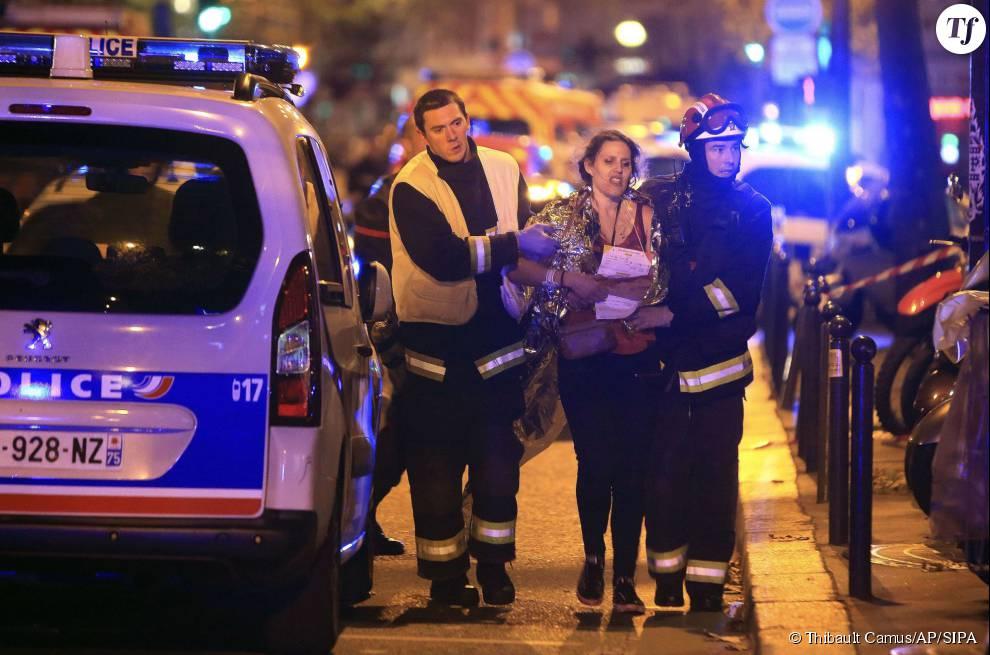 Photos des attentats du 13 novembre 2015 : une victime du Bataclan prise en charge par les secours
