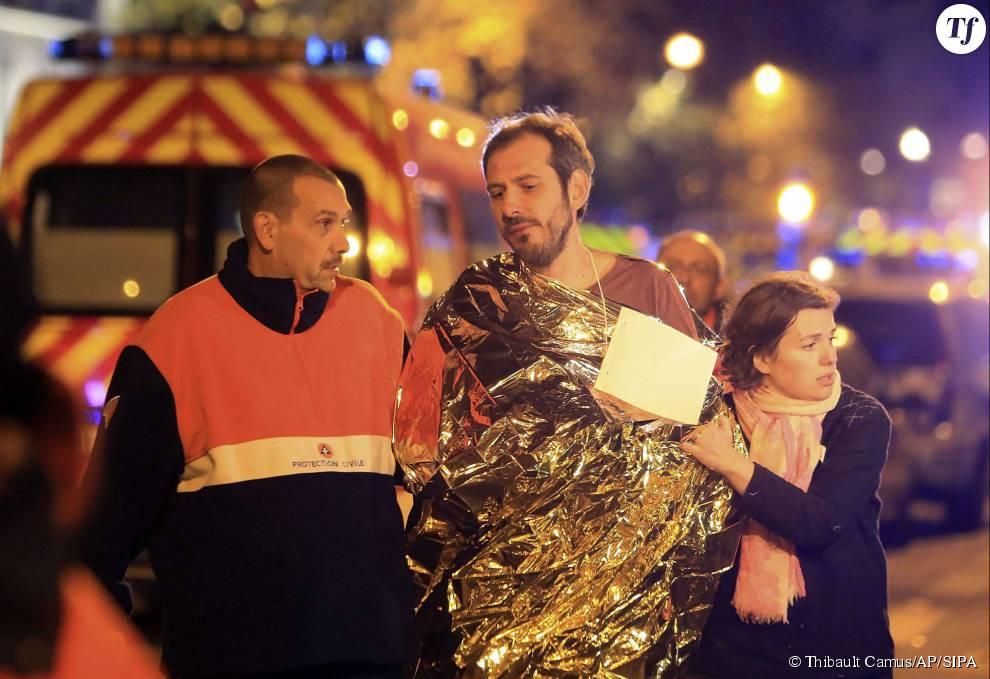 Photos des attentats du 13 novembre 2015 : un homme est évacué du Bataclan