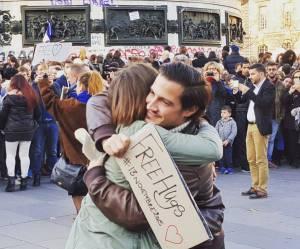 Après l'horreur, distribution de free hugs dans un Paris qui dit merde à la peur