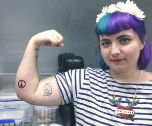Pourquoi je me suis fait tatouer le signe de la paix avec la Tour Eiffel