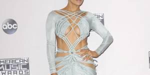 American Music Awards 2015 : une danseuse de Jennifer Lopez se retrouve cul nu sur scène (vidéo)
