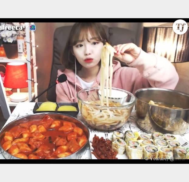 """Le """"mokbang"""", cette drôle de pratique culinaire sud-coréenne."""