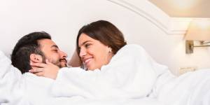 Sexe : dormir en dehors de chez soi rendrait (bien) meilleur au lit