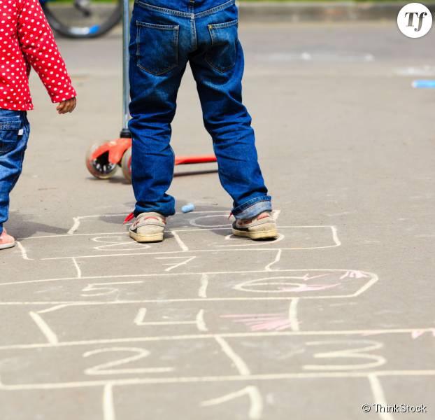 Enfants dans une cour de récréation