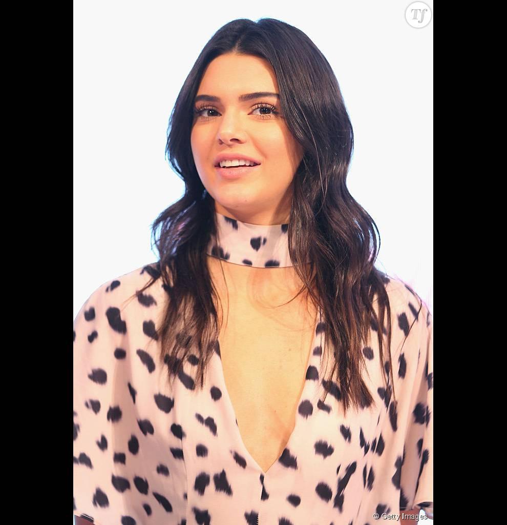 Kendall Jenner dans une combinaison imprimée de la marque Forever New