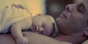 Les pères prendraient plus volontiers un congé de paternité quand ils ont un garçon