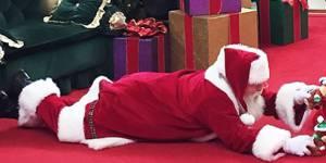 Ce Père Noël est allongé par terre pour une très bonne raison