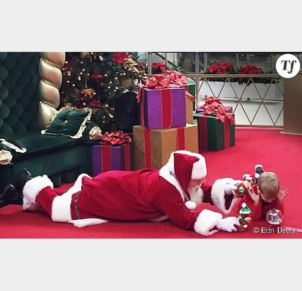 Pourquoi ce Père Noël est-il allongé par terre ?