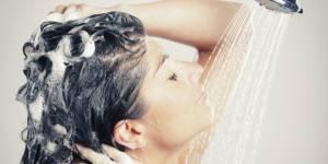 Reverse shampoo : pourquoi commencer par l'après-shampooing va vous faire des cheveux sublimes
