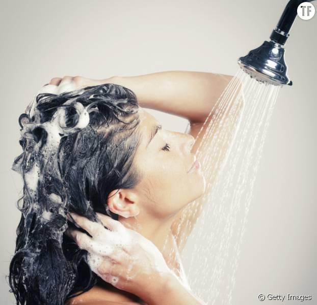 Pour avoir des cheveux plus brillants que brillants, mieux vaudrait se servir d'abord de son après-shampoing avant de passer à l'après-shampoing.