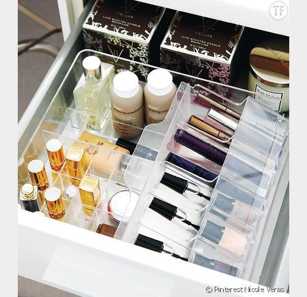 On fabrique différents petits compartiments pour ranger notre maquillage dans un tiroir