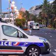 Les officiers de la police judiciaire enquêtent autour du camion criblé de balles qui a tué plus de 84 personnes sur la promenade des anglais à Nice le 15 juillet 2016